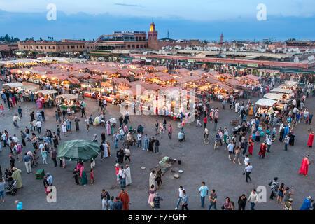 Vista del tramonto di stand gastronomici e la folla in Piazza Jemaa El Fna a Marrakech, Marocco. Foto Stock
