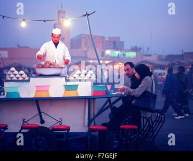 Una lumaca, escargo, cibo in stallo presso la piazza Djemma El Fna mercato alimentare a Marrakech. Il Marocco Foto Stock