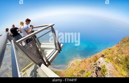 Tourist sulla terrazza panoramica nella parte superiore del Cabo Girao (580 m più alto) cliff - Camara de Lobos, Isola di Madeira, Portogallo