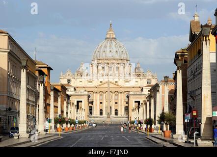Italia, Roma, via della conciliazione e la basilica di san pietro Foto Stock