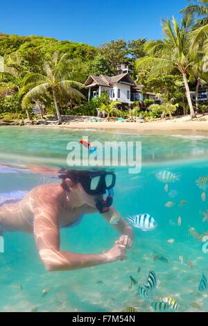 Tropical Ko Samet Island, vista subacquea di snorkeling donna e pesce, Thailandia, Asia Foto Stock