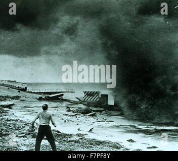 Fotografia di un uomo guardando la distruzione del seawall dopo un uragano. Florida. Datato 1947 Foto Stock