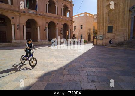 Ragazzo Bicicletta Equitazione Italia, un ragazzo corse la sua bicicletta intorno alla piazza (Piazza della Repubblica) Foto Stock