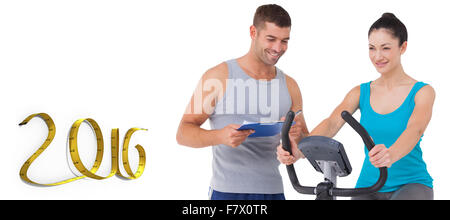 Immagine composita del trainer con client sulla cyclette Foto Stock