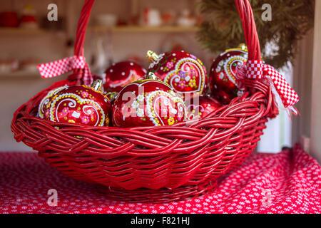 Rosso palle di Natale nel cestello, decorata con cuore di panpepato, un tradizionale croata decorazioni Foto Stock