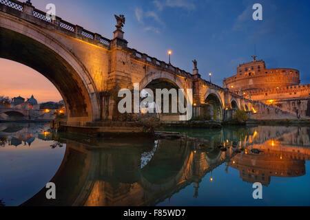Roma. Immagine del castello di Santo Angelo e di Santo Angelo ponte sopra il fiume Tevere a Roma al tramonto. Foto Stock