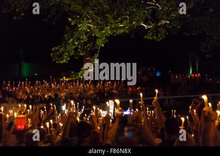 A lume di candela veglia notturna durante la Settimana di Elvis, Graceland, Memphis, Tennessee, 15 agosto 2015 Foto Stock