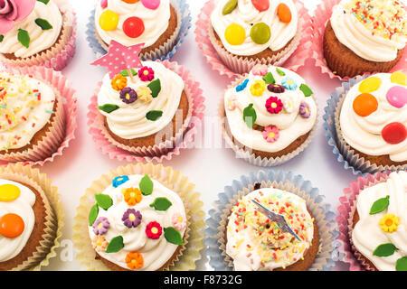 Tortine deliziose e decorate a colori vivaci. Foto Stock
