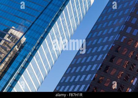 Vista astratta di torri di vetro e di riflessioni in Vancouver Foto Stock