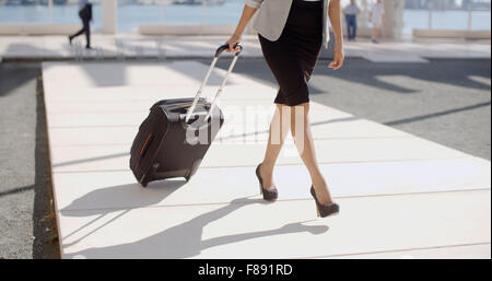 Donna andando su un viaggio di affari