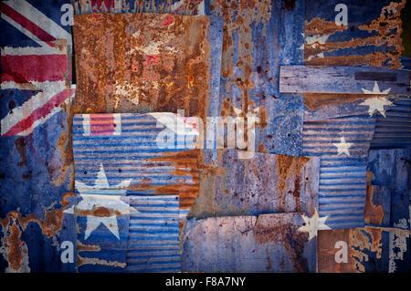 Un abstract immagine di sfondo della bandiera di Australia dipinta su di rusty ferro corrugato fogli sovrapposti Foto Stock