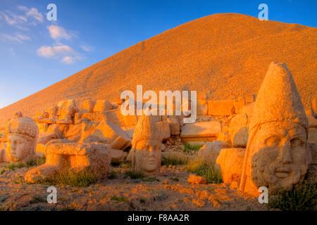Enorme sculputed capi, Mt. Nemrut National Park, Turchia, antichi resti di 2000 anni di cultura Commagene su 7.000 Foto Stock