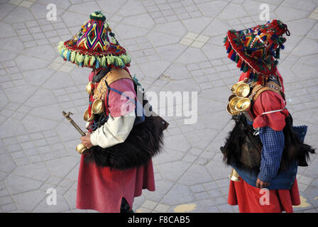 Due venditori di acqua a Marrakech, Marocco, Africa in abiti tradizionali. Foto Stock