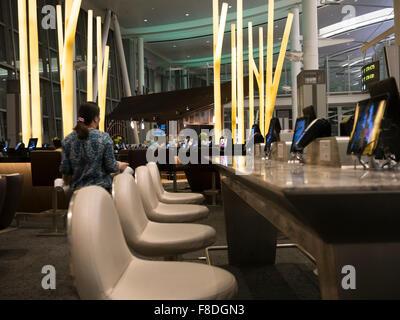 Toronto International Airport Terminal 1 partenza lounge food court; moderno e tavoli da pranzo collegato con compresse Foto Stock