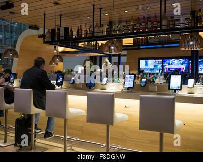Toronto International Airport Terminal 1 partenza lounge bar. Tabelle collegate con compresse e ipad per la navigazione Foto Stock
