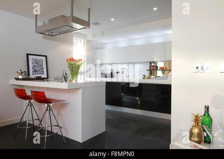 Cucina moderna contatore con sgabelli foto immagine stock