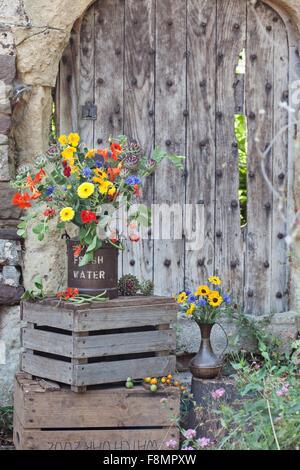 Fiori freschi in pentola, sulla gabbia in legno Foto Stock