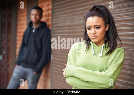 Ritratto di un adolescente infelice giovane nel contesto urbano Foto Stock