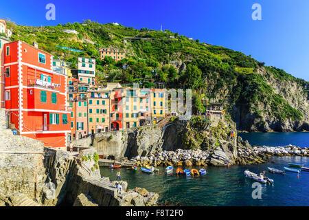 Le Cinque Terre Riomaggiore. Villaggio di Pescatori nel Parco Nazionale delle Cinque Terre, Italia. Foto Stock