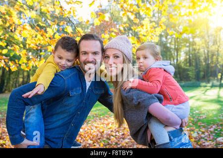 Ritratto di una famiglia in posizione di parcheggio Foto Stock