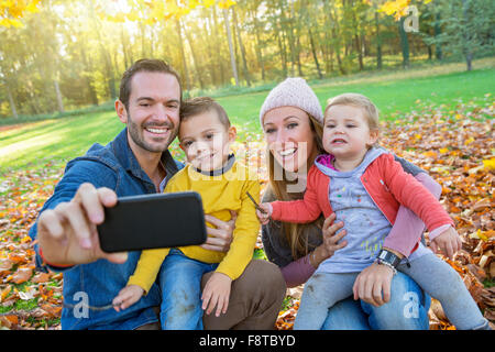 Famiglia prendendo un selfie Foto Stock