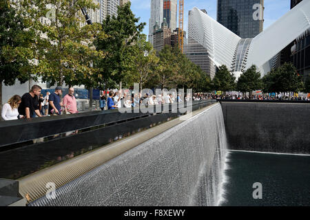 Il National 9/11 Memorial con l'occhio di un uccello struttura sagomata alloggiamento World Trade Center Hub di Foto Stock