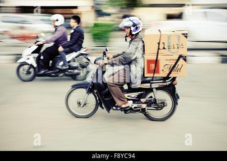 Il panning fotografia immagine di velocizzare i motociclisti in una città indonesiana Foto Stock