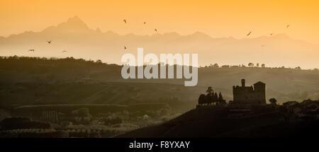 Vedere il tramonto sulle colline del castello di Grinzane Cavour patrimonio Unesco nel territorio delle Langhe Piemonte Italia