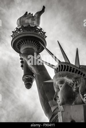 Bianco & Nero dettaglio della torcia, la corona e il profilo della Statua della Libertà, Liberty Island, New York City Foto Stock