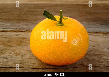 Mandarino maturo frutta sul rustico sfondo di legno Foto Stock