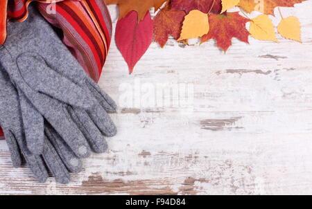 89db9799ebe8 Telaio del femminile scialle in pura lana e foglie autunnali ...