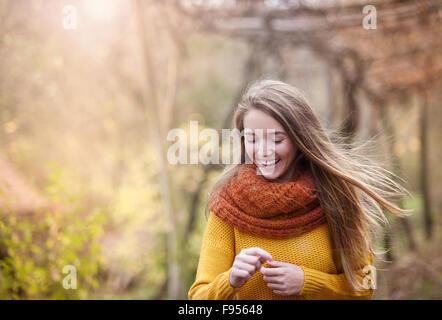 Outdoor ritratto della bella ragazza nella foresta di autunno Foto Stock