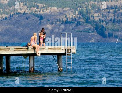 Famiglia di giovani pesci off il wharf al Parco rotante in Summerland, nella regione Okanagan della British Columbia, Foto Stock