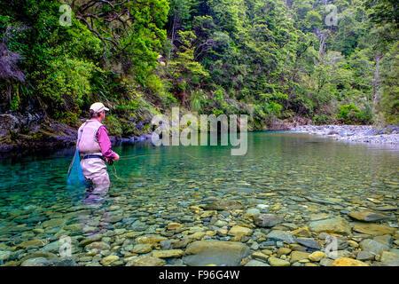 Uomo di Pesca a Mosca Report di Pesca sul Fiume Mangamaire, altopiano centrale, Nuova Zelanda Foto Stock