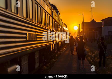 Sun Impostazione nella parte anteriore del treno passeggeri arrestato nella città di Melville in Saskatchewan, Canada.
