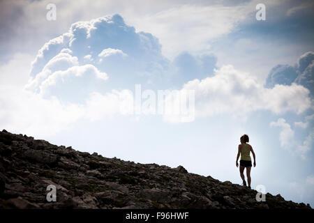 Una giovane donna trekking lungo la Skyline di zolfo stagliano nuvole temporalesche. Miette Hotsprings, Jasper National Foto Stock