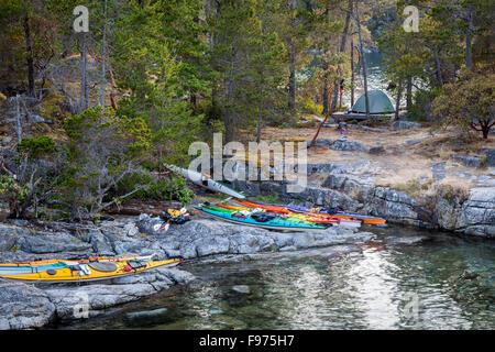 Kayak resto appena sopra l'alta marea sulla West Curme isola nella desolazione del suono del parco marino. La British Foto Stock