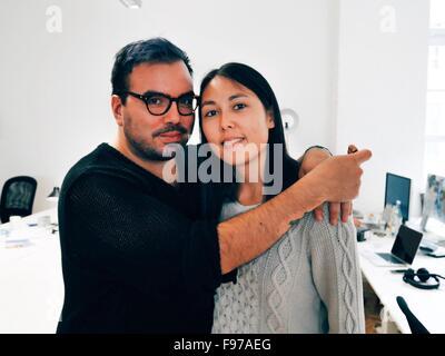 Ritratto di sorridere metà Adulto Giovane in piedi in ufficio Foto Stock