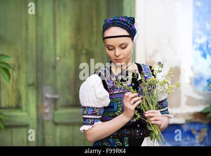 Bella donna indossando il tradizionale orientale costumi folcloristici. Foto Stock