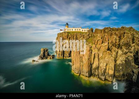 Neist Point lighthouse all isola di Skye, Highlands scozzesi, Regno Unito. Esposizione lunga Foto Stock