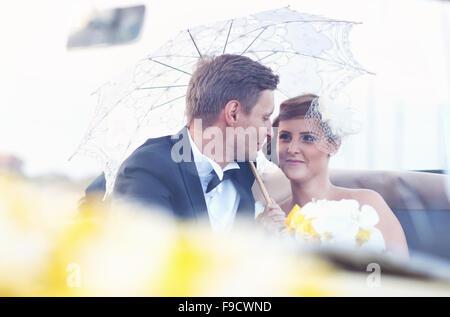 Sposa e lo sposo in un'auto d'epoca Foto Stock