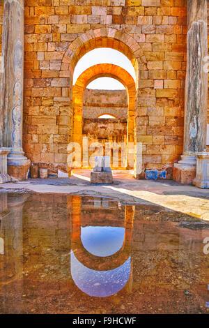 Archi in bagni adrianea, antica città romana di Leptis Magna, Libia, ben conservate rovine della più grande città Foto Stock