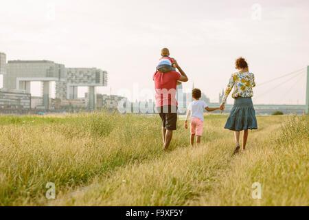 Germania, Colonia, famiglia di quattro piedi in un campo Foto Stock