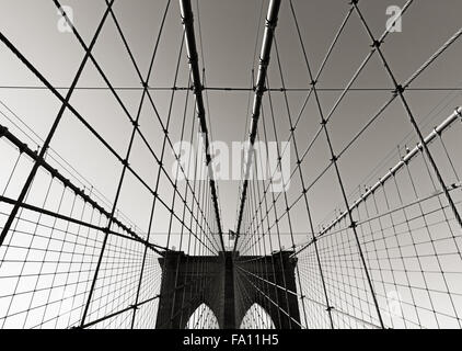 Ponte di Brooklyn Bridge tower, in bianco e nero, con doppi archi gotici e simmetrica dei cavi di sospensione, New York City Foto Stock