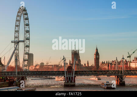 Guardando lungo il Tamigi verso il parlamento e il London eye, Londra 2015 Foto Stock