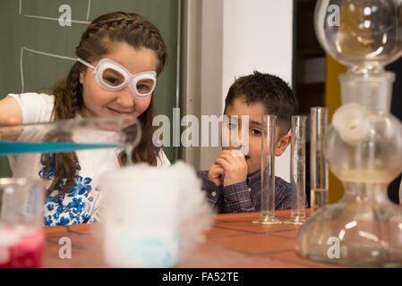 Gli studenti della scuola di liquido di miscelazione in chimica classe, Fürstenfeldbruck, Baviera, Germania Foto Stock