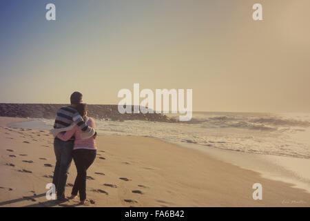 L uomo e la donna costeggiata sulla spiaggia, Aveiro, Baixo Vouga, Portogallo Foto Stock