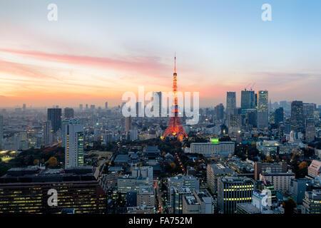 Tokyo, Giappone - Dic 12, 2015: Tramonto su Tokyo. Tokyo è la capitale e la città più grande del Giappone. La maggiore Foto Stock