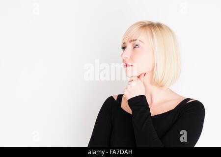 Ponderare Su Una Sedia A Sdraio.Giovane Donna Pensa Foto Immagine Stock 141519147 Alamy