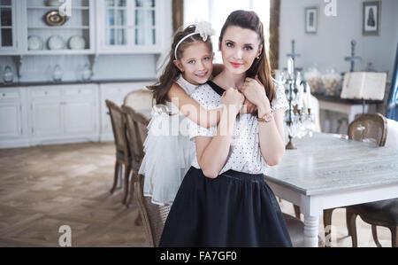 Madre e figlia rilassante in un elegante interno Foto Stock